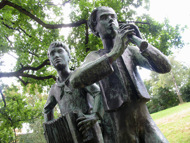 """Musizierende Kinder"", 1965, in Stadtpark Lichtenberg, Berlin. Photo by Karl Andersson."