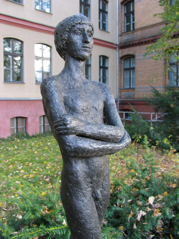 Stehender Junge, boy sculpture by Carin Kreuzberg, 1985. Fröbelstraße 17, Berlin. Photo by Karl Andersson.