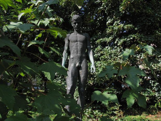 Sportler, boy sculpture by Fritz Ritter, 1974. Kissingenstraße, Berlin. Photo by Karl Andersson.