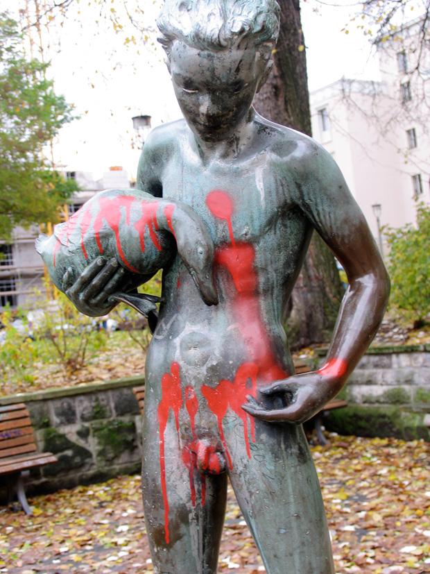 Junge mit Ente, boy sculpture by unknown artist, Berlin Weberwiese. Photo by KA.