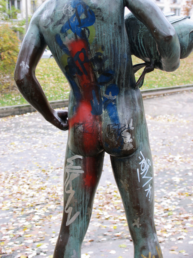 Junge mit Ente, boy sculpture by unknown artist, Berlin Weberwiese. Photo by KA.